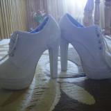 Vand pantofi noi