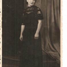 FOTO 17 FOTOGRAFIE ARTISTICA, FEMEIE IN ROCHIE NEAGRA, IMBRACAMINTE DE EPOCA, PRODUS DE COLECTIE PROFESIONIST DIM. : 8X13 cm, FOTO ZALEVSKY BRAILA, Arta, Romania 1900 - 1950