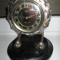 Ceas de masa sovietic Majak in stil Art- Deco pe stativ metalic si sticla slefuita gen cristal in stare de functionare.
