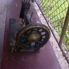 Masina de cusut veche de cam 100 de ani