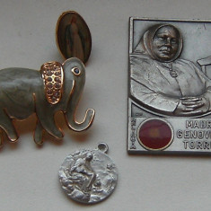 Lot de 4 piese : Mama Genoveva, medalion Isus, insigna Fecioara Maria si o brosa elefant, stare perfecta, de colectie !