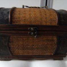Cutie Bijuterii - Impozanta lada de bijuterii, in forma de lada de zestre, cufar, din lemn si alama, de colectie/decor.