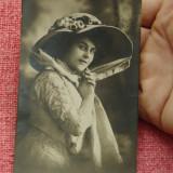 Carte postala - Veche imagine portret de femeie imbracata dupa moda timpului !!! - circulata