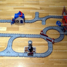 Trenulet de jucarie, Plastic, Unisex - Thomas and Friends Take Along Engine Wash and Works - include trenulete, vagon, cladiri si 32 piese de traseu