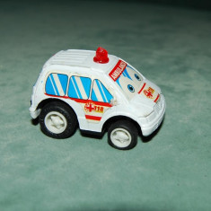 Surpriza Kinder - Figurina jucarie masinuta ambulanta, plastic, cu rotile din spate pe arc, 5cm
