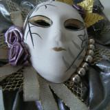 Frumoasa masca de portelan, lucrata manual, cromatica deosebita, de colectie.