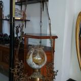 lustra candelabru vechi din bronz cu abajur multicolor si statui bronz