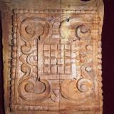 Blazon vechi sculptat in lemn